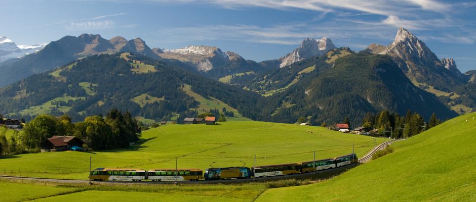 Zugfahrt durch Schweizer Bilderbuchlandschaft