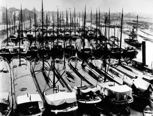 Schiff an Schiff im Duisburger Hafen um 1920